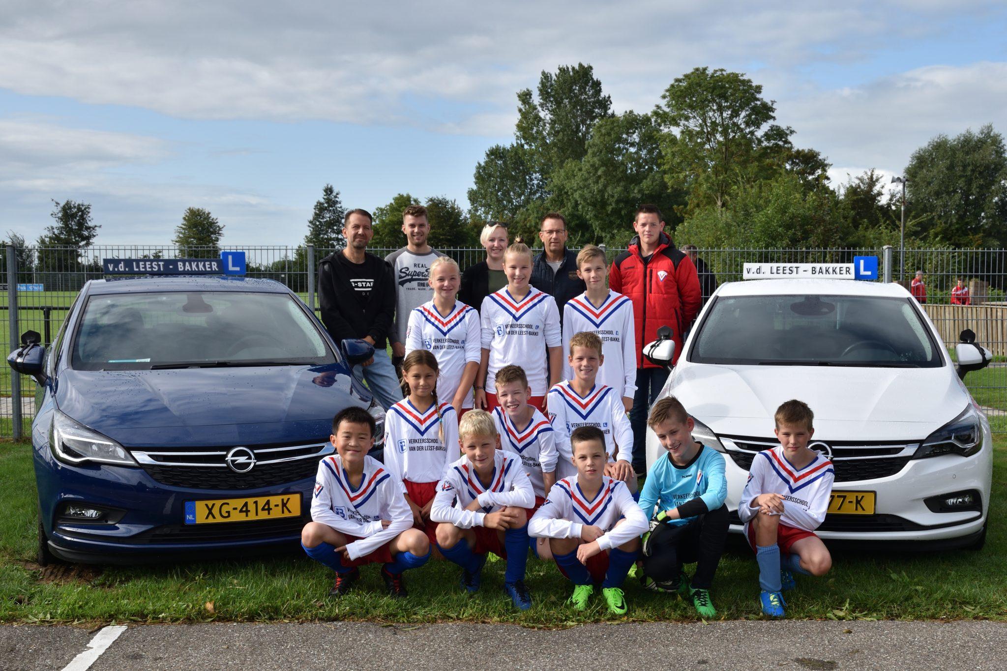 Verkeersschool van der Leest en Bakker sponsort JO12 nieuwe shirts